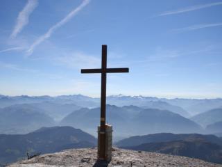 Jesus – Herr unseres Lebens 1. Wahrer Mensch und wahrer Gott Jesus kam zu uns Er starb für uns