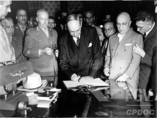 Golpe preventivo do General Lott  Golpe (contra-golpe) garante a posse de Juscelino e Jango