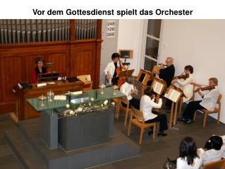 Vor dem Gottesdienst spielt das Orchester