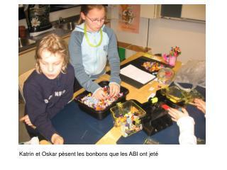 Katrin et Oskar pèsent les bonbons que les ABI ont jeté