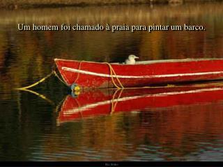 Um homem foi chamado à praia para pintar um barco.