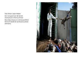 Foto Olivier  Laban-Mattei Een man gooit een lijk bij het mortuarium in Port-au-Prince