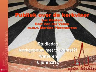 Publiek over de kerkvloer Luc Bauters Bert Van der  Veken m.m.v. Martine  Pieteraerens