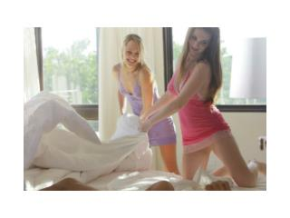 chicas haciendo cama