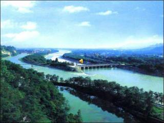 都江堰水利工程 在今四川都江堰市城西, 建于公元前 256 年的战国时期, 是全世界至今为止,年代最久、唯一留存、以无坝引水为特征的宏大水利工程。