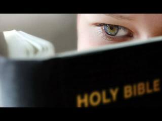 Dios invisible habla  a los hombres somos amigos, movido por su gran amor y mora con ellos, para invitarlos a su comuni