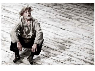 Take a look at the following visuals of staged performances of Lear in 4.6.