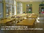 Les enfants attendaient en rang  pour diner dans la caf taria dune  cole catholique .